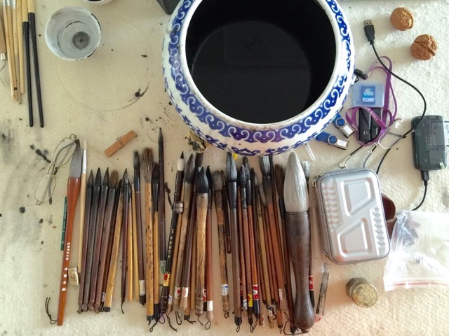 A typical table of a craftsperson who will be hand-painting porcelain handicrafts.